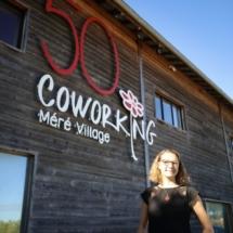 Blandine Cain, fondatrice du 50 Coworking, devant la façade extérieur de l'espace